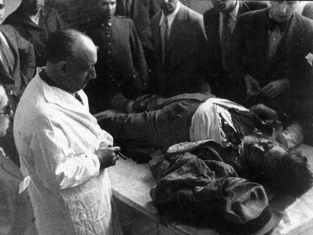 El doctor Antonio Piga contempla el cadáver de Calvo Sotelo tendido este sobre una mesa de autopsias