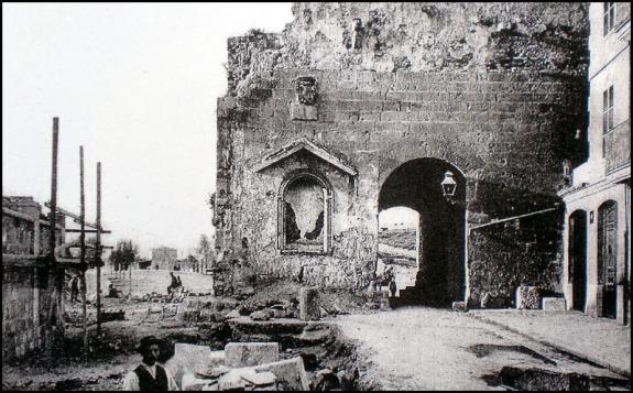 La puerta de Bâb al-Kahl antes de su miserable demolición en 1912