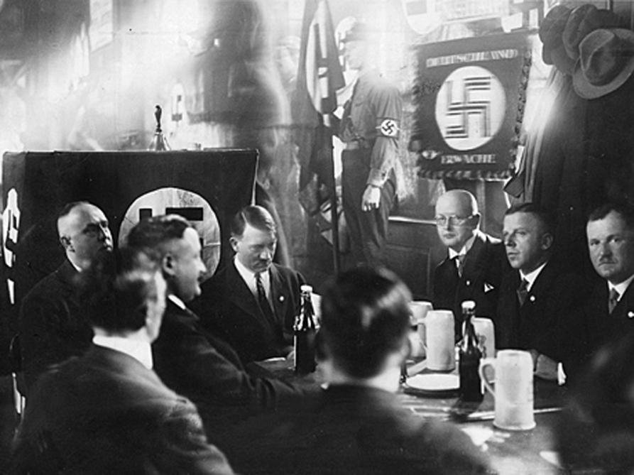 En la fotografía se puede ver al Führer en 1929 reunido en el Hofbräuhaus con algunos de los viejos guerreros del NSDAP.