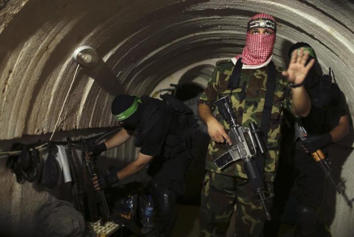 Milicianos de las brigadas Al-Qassam, brazo armado de Hamás, en un túnel en Gaza (Reuters).