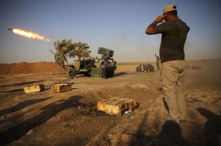 Milicianos chiíes durante duros combates con el Estado Islámico cerca de Tikrit, en Irak (Reuters).