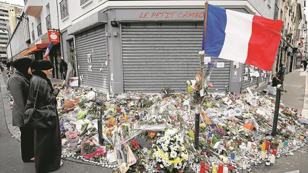 Personas junto al restaurante Le Petit Cambodge de París, uno de los lugares atacados