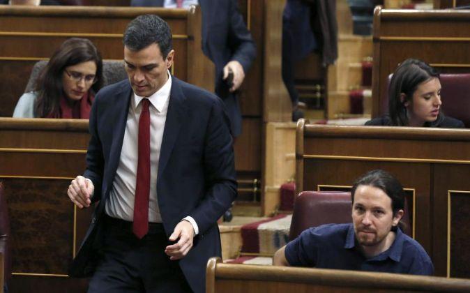 El secretario general del PSOE, Pedro Sánchez, pasa junto al líder...