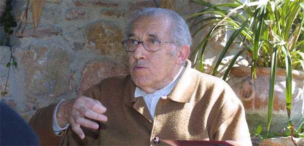 Gustavo Bueno conversa en Niembro con Javier Neira, de La Nueva España, el sábado 8 de marzo de 2003 (foto de José Pandal)