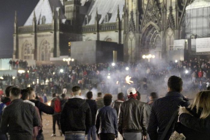 Una multitud en los alrededores de la catedral y la estación de tren de Colonia durante fin de año / EFE