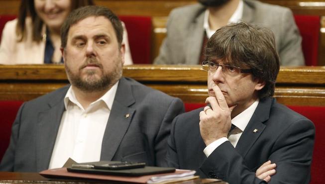 Junqueras y Puigdemont, en el Parlamento catalán. (EFE)