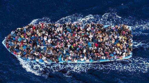 Refugiados africanos son conducidos a tierra tras ser rescatados por la Armada italiana el 8 de junio de 2014