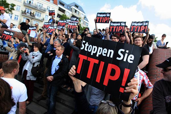 Flashmob contra el TTIP en un mitin de la CDU en Hamburgo en 2014. Foto: campact (CC BY-NC 2.0)
