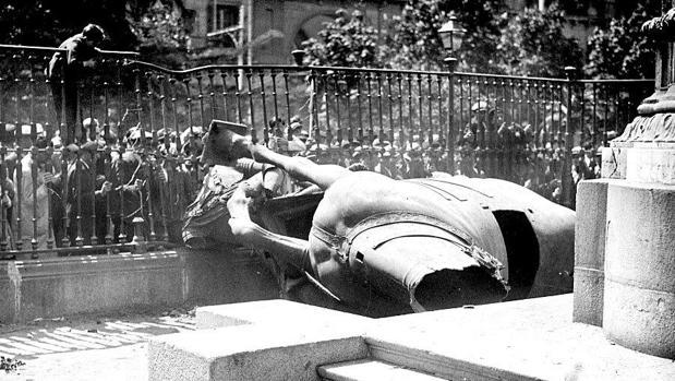 La estatua de Felipe III, destruida en el suelo, el 14 de abril de 1031