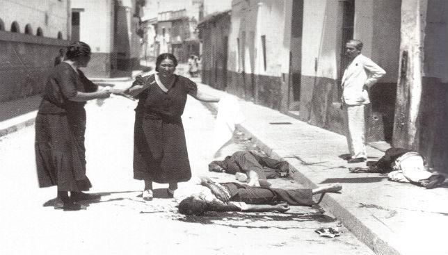 Mujeres con pañuelos blancos junto a jóvenes muertos en Triana. El horror de la guerra.