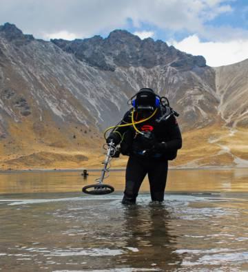 Un buzo del INAH en el Nevado de Toluca, en la campaña de 2010.
