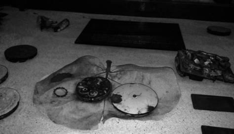 Pedacería de reloj encontrada en las lagunas del Nevado de Toluca en la década de 1960.