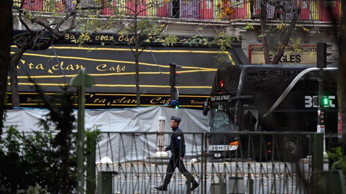 UN gendarme, frente a la sala de conciertos el día después de los atentados.