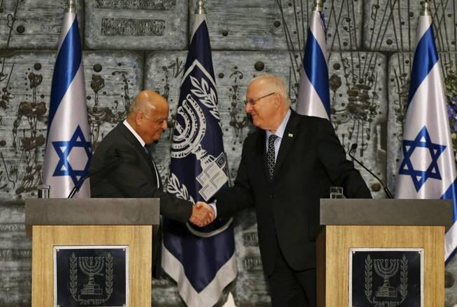 El juez Salim Joubran estrecha la mano del Presidente israelí Reuven Rivlin durante una ceremonia electoral en Jerusalén, el 25 de marzo de 2015 (Reuters)