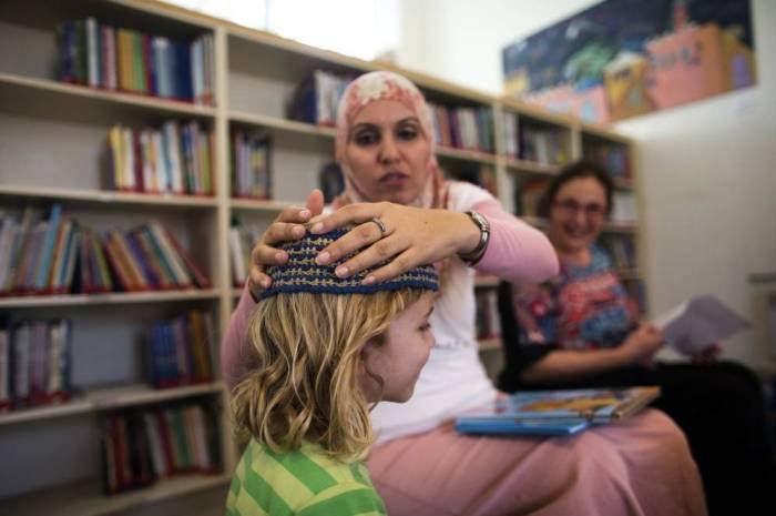 Foto: La profesora palestina Alia Tunisi en la escuela Mano a Mano de Jerusalén, donde las clases se imparten en árabe y hebreo (Reuters)
