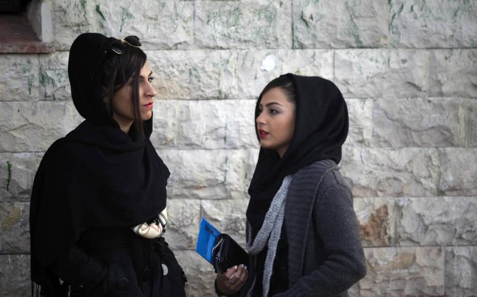 Dos jóvenes iraníes charlan en una plaza del norte de Teherán (Reuters).