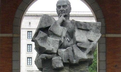 Estatua de Largo Caballero en Nuevos Ministerios (Madrid)