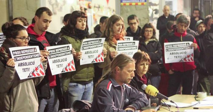 Sergi Rodríguez 'Teti' (segundo por la izquierda), miembro de la CUP, condenado por agredir a un concejal del PP / CG