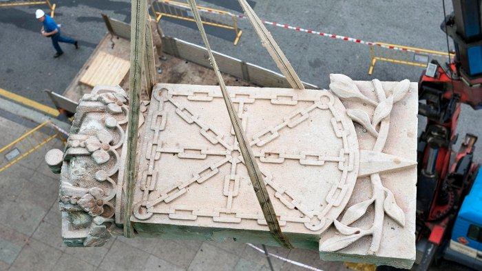 El escudo de Navarra, con sus cadenas y corona real, símbolo del Viejo Reyno, es bajado a un camión por orden del Gobierno de Navarra.