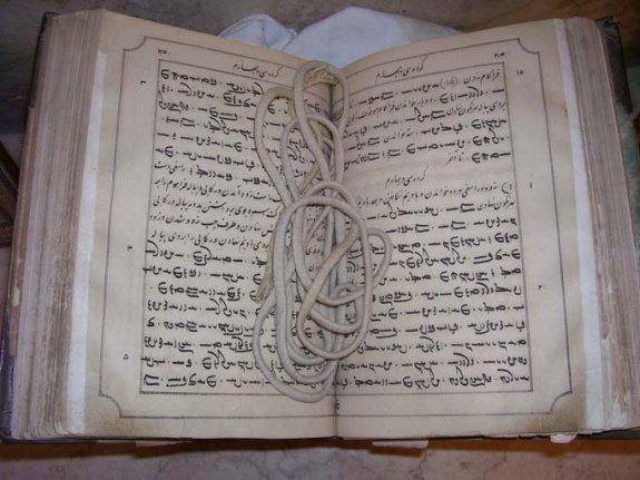 Un antiguo libro de oraciones de Zoroastro.