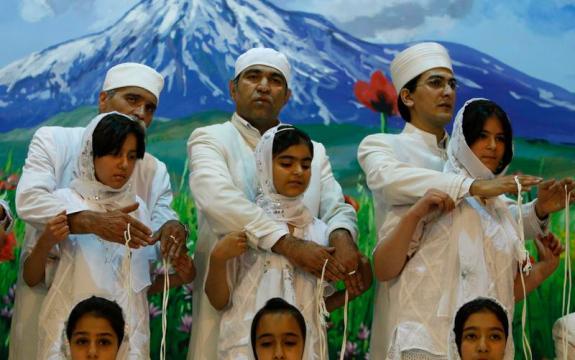 zoroástrica sacerdotes que realizan una ceremonia de iniciación Navjote grupo.