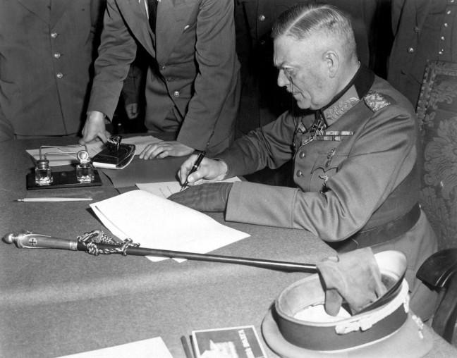 El alemán Wilhelm Keitel, firmando la capitulación en el cuarte general Ruso en Berlín, el 7 de mayo de 1945 /Wikimedia