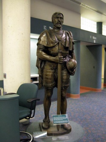 estatua de Soto en el aeropuerto de Sardenton
