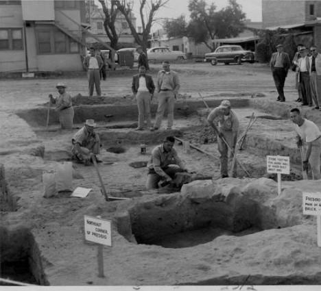 excavación  de misión española en America. años 50