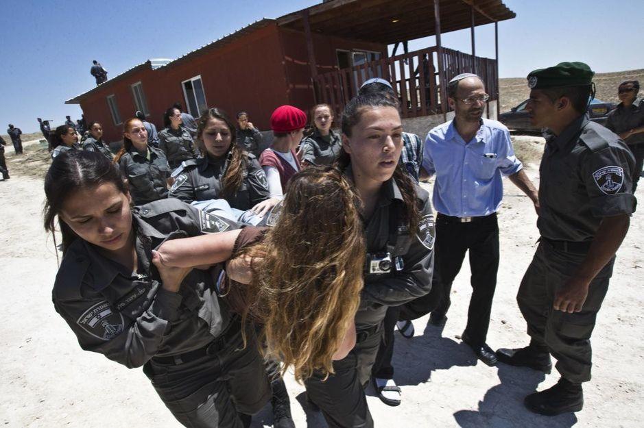 Agentes israelíes, durante una expulsión de colonos de un asentamiento en Maale Rehavam, cerca de Belén. (Reuters)