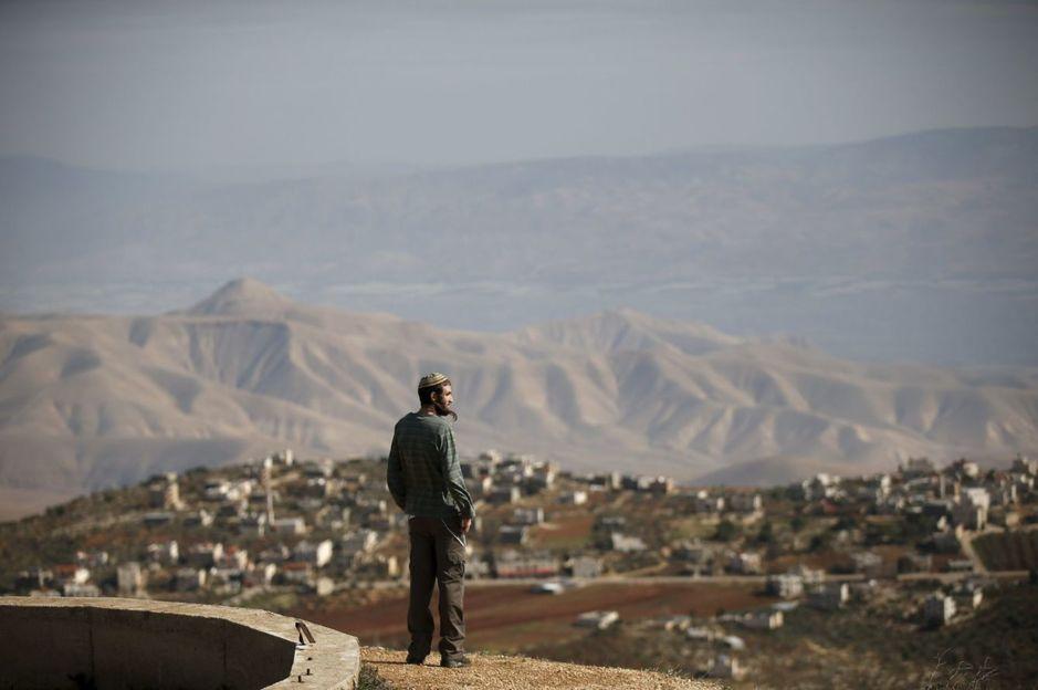Rafael Morris, un colono judío, en un punto de observación en el asentamiento de Yishuv Hadaat, en Cisjordania. (Reuters)