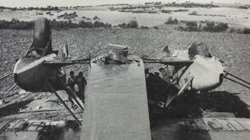 Otra imagen del avión caído, tomada desde la cola