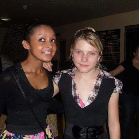 Hayden, de 12 años, de pie con un amigo
