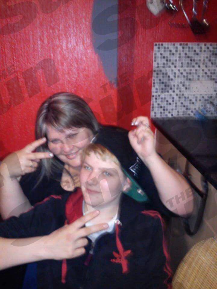 Con mamá .  .  .  Hayden posa para complemento de broma con la madre Christine año pasado