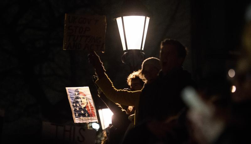 Los manifestantes se reúnen fuera de Downing Street en Londres para protestar contra la orden ejecutiva del presidente Trump prohibición de los refugiados y los habitantes de los países musulmanes de siete mayoría de viajar a los EE.UU..  Photo by Getty Images.