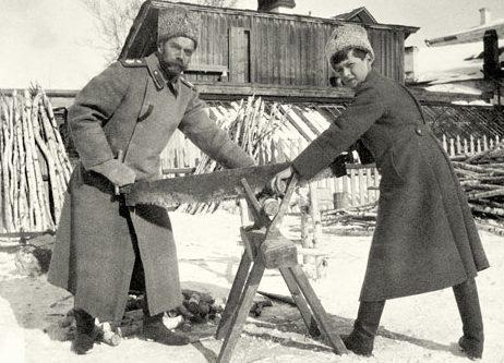 el-zar-nicolas-ii-cortando-lena-con-su-hijo-alexei-durante-su-encierro-en-tobolsk-en-el-invierno-de-1917