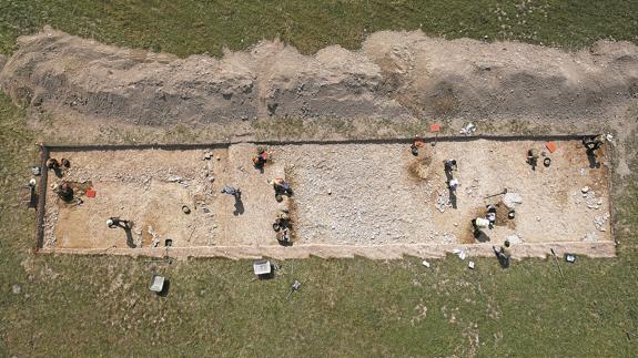 Iturissa se edificó a ambos lados de la calzada. La zona central, en la que no hay ninguna persona, es la de la calzada romana.