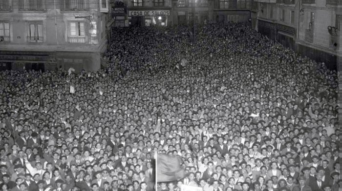 Una multitud concentrada en la Plaza Consistorial el 14 de abril de 1931 asiste a la proclamación de la II República.