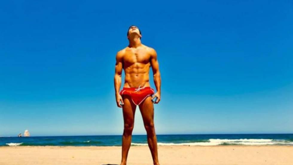 Mario Casas no tiene inconveniente en remangarse el bañador para mantener su cuerpo bronceado.