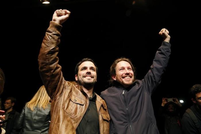 Los líderes de Podemos, Pablo Iglesias (d), y de Izquierda Unida, Alberto Garzón (i), salen de la sala Mirador, donde celebran un encuentro ciudadano, para atender a los medios tras el preacuerdo electoral alcanzado por ambas formaciones para presentarse a los comicios del 26 de junio. EFE/Ballesteros
