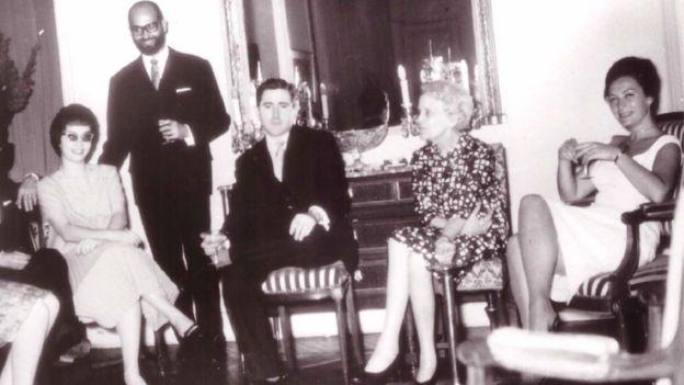 Caridad Mercader en la embajada cubana en París. Hacia 1962.