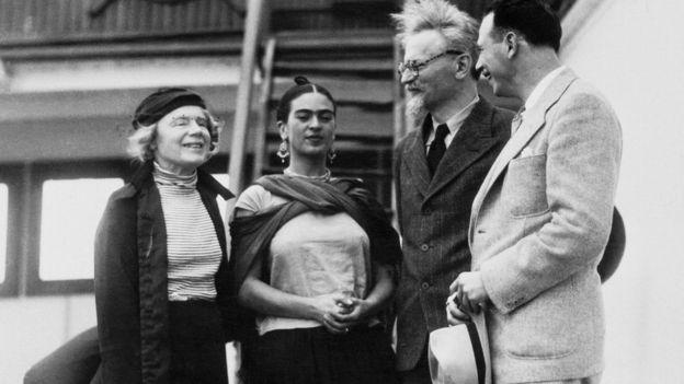 Trotsky (segundo por la derecha), junto con su segunda mujer, Natalia Sedova (primera por la izquierda), Frida Kahlo y el teórico marxista y activista Max Shachtman.