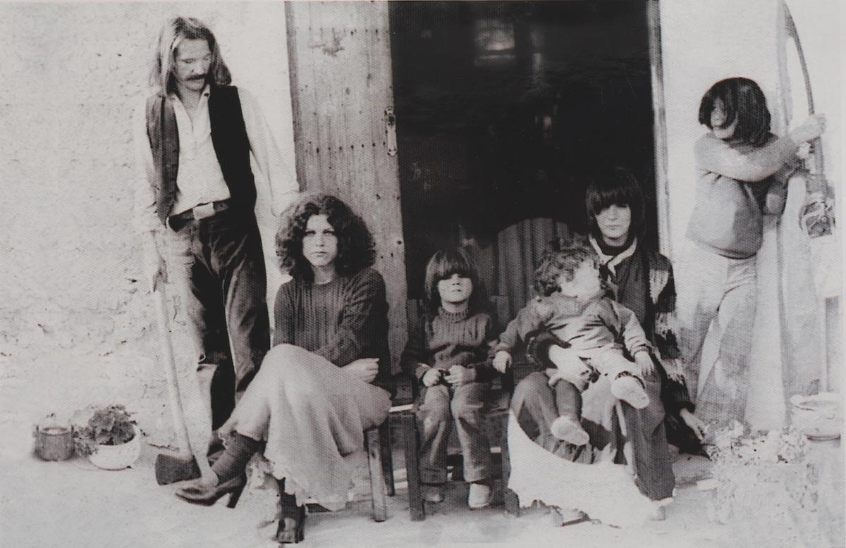 Antonio Escohotado junto a su primera esposa Cristina Álvarez de Lorenzana, su hijo Román, la francesa Dany (con su hijo Cedric en brazos) y Daniel, su primogénito, en la puerta de la casa payesa de Can Sala.