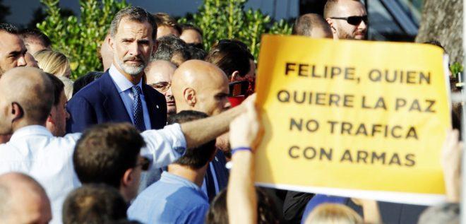 Detalle de una pancarta contra el Rey al paso de Felipe VI en la...