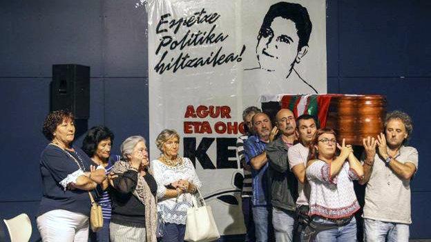 Familiares y simpatizantes de la izquierda abertzale recibieron en Bilbao el cuerpo de Kepa del Hoyo. EFE..