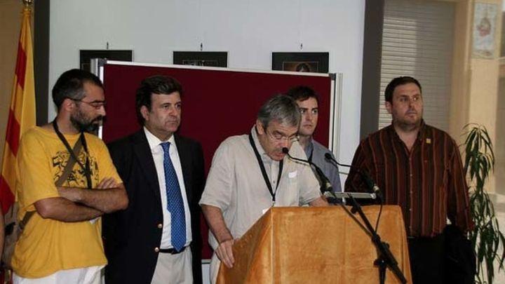 Jordi Bilbeny, del Institut de Nova Història, en el lado izquierdo del atril. Oriol Junqueras, en el lado contrario. La foto es del año 2009, cuando en Arenys de Munt se celebró la primera consulta de la historia por la independencia de Cataluña.