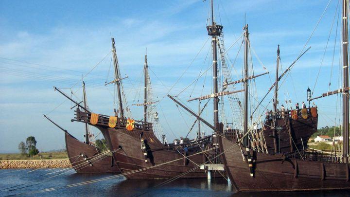 La expedición de la nao Santa María y de las dos carabelas, La Pinta y La Niña, salieron del puerto de Palos de La Frontera