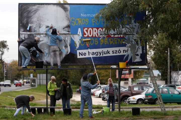 Un cartel del gobierno húngaro crítico del Sr. Soros por instar a la aceptación de los refugiados fue eliminado por los activistas del partido opositor.