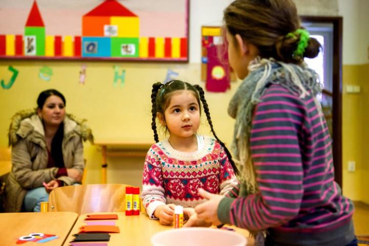 Abogar por el grupo étnico romaní es uno de los proyectos de Open Society.  Aquí, un niño romaní aguarda un examen de matriculación en una escuela en la República Checa.