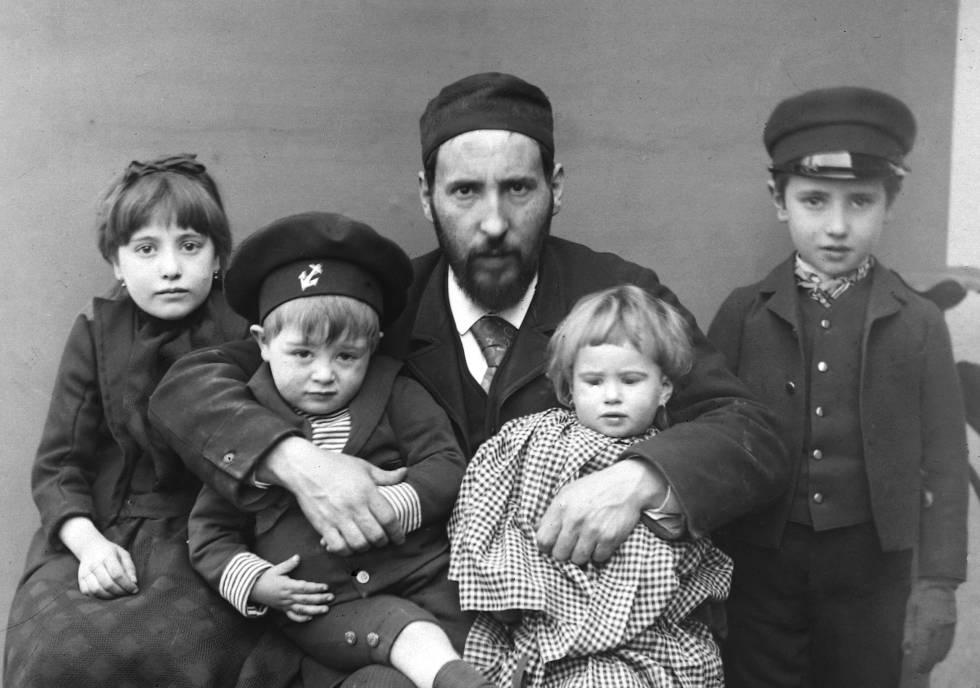 Santiago Ramón y Cajal, con sus hijos Fe, Jorge, Paula y Santiago, en Barcelona, en 1889.