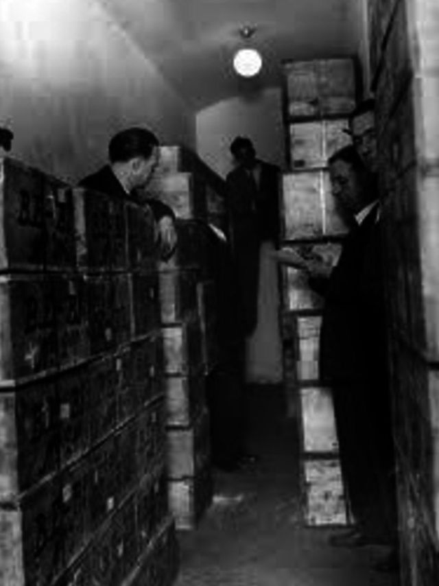 Traslado de las 7.800 cajas de oro del Banco de España, que contenían monedas y lingotes en las que pueden leerse B.E. Parte de este oro terminó viajando a México en el yate Vita.